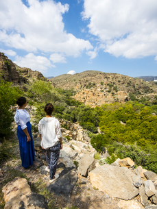 Oman, Jabal Akhdar, Women looking at the abandoned village Wの写真素材 [FYI04334706]