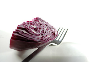 Piece of red cabbage and forkの写真素材 [FYI04334717]