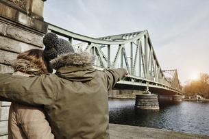 Germany, Potsdam, young couple at Glienicke Bridgeの写真素材 [FYI04334723]