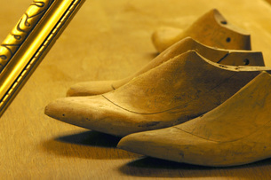 Work tools of shoemaker on wooden surfaceの写真素材 [FYI04334730]