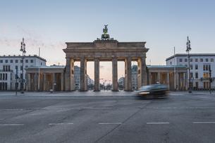 Germany, Berlin, Brandenburg Gate at dawnの写真素材 [FYI04334756]