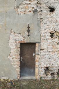 Germany, Brandenburg, facade and door of ramshackle buildingの写真素材 [FYI04334773]