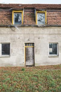 Germany, Brandenburg, ramshackle residential houseの写真素材 [FYI04334774]