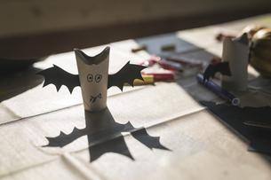 Tinkered paper bats on deskの写真素材 [FYI04334786]