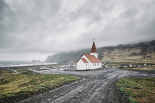 Iceland, Vik, view to village and church, dramatic skyの写真素材 [FYI04334789]
