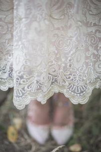 Close-up of bride wearing lace dressの写真素材 [FYI04334804]