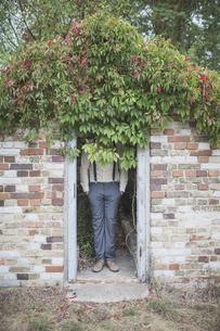 Unrecognizable elegant man standing in brick hutの写真素材 [FYI04334805]