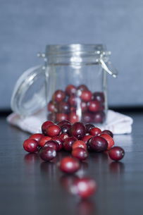 Cranberries in preserving jar on table, close upの写真素材 [FYI04334811]