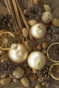 Christmas baubles with dried orange slices, cinnamon sticks,の写真素材 [FYI04334814]