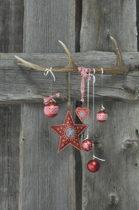 Deer antler and Christmas decoration on wooden wallの写真素材 [FYI04334823]