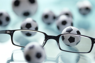 Eyeglasses and toy footballsの写真素材 [FYI04334833]