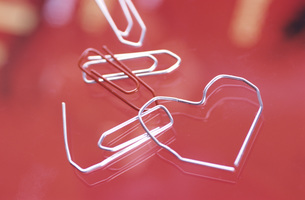 Paperclip formed to heart shapeの写真素材 [FYI04334842]