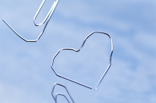 Paperclip formed to heart shapeの写真素材 [FYI04334847]