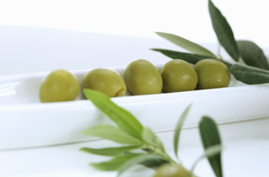 green olives as a starterの写真素材 [FYI04334859]