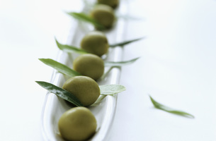 Olive and olive leavesの写真素材 [FYI04334861]