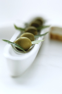 Olive and olive leavesの写真素材 [FYI04334863]