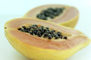 Two halves of pawpaw fruitの写真素材 [FYI04334868]