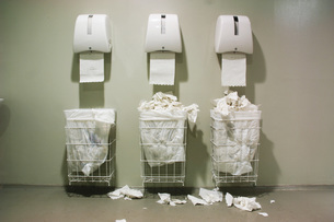 Waste paper baskets and papertowelsの写真素材 [FYI04334880]