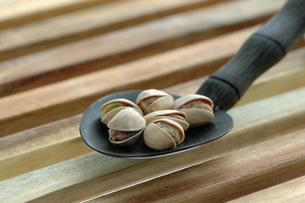 Spoon of pistachio nutsの写真素材 [FYI04334889]