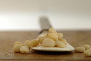 Spoon with cedar nutsの写真素材 [FYI04334891]
