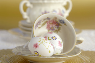 Easter eggs and coffee cupsの写真素材 [FYI04334895]