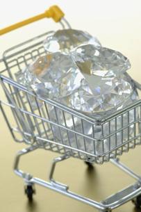 Diamonds in trolleyの写真素材 [FYI04334928]