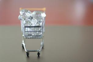 Diamonds in trolleyの写真素材 [FYI04334929]