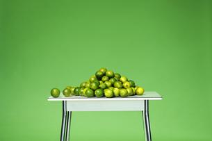 Limes on tableの写真素材 [FYI04334932]