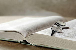Eyeglasses on opened book, close-upの写真素材 [FYI04334959]