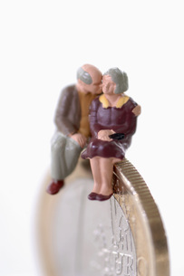 Senior couple sitting on coinの写真素材 [FYI04334981]