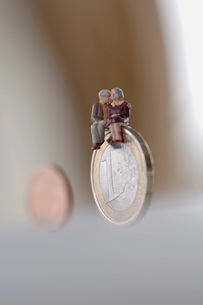 Senior couple sitting on coinの写真素材 [FYI04334984]
