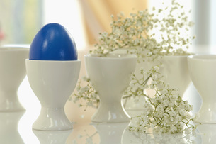 Blue Easter egg in a egg cup, close-upの写真素材 [FYI04335008]
