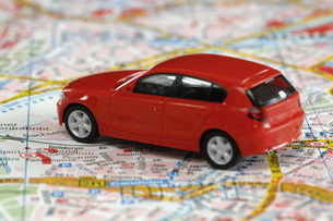 Toy car on city map, close upの写真素材 [FYI04335010]