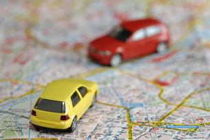 Toy cars on city map, close upの写真素材 [FYI04335011]