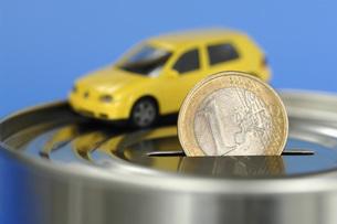 Toy car on money boxの写真素材 [FYI04335015]