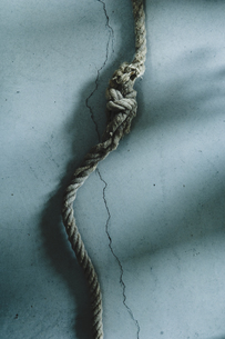 Rope with knot, shadow of handの写真素材 [FYI04335026]