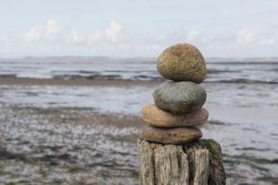 Germany, Schleswig Holstein, Amrum, Pile of stones on tree tの写真素材 [FYI04335067]