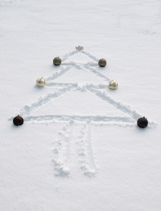 Shape of christmas tree with decoration in snow, winter.の写真素材 [FYI04335069]