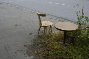 Germany, Bavaria, Riem, wooden chair and table at the roadsiの写真素材 [FYI04335078]