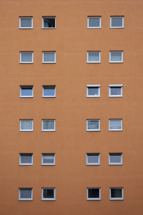 Orange house facade with squared windowsの写真素材 [FYI04335082]