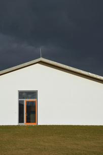 Germany, Bavaria, Aschheim, House front with orange doorframの写真素材 [FYI04335086]