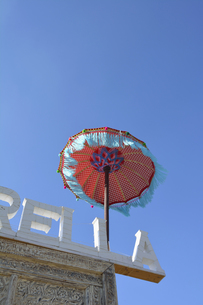 Fringed parasol at roof of a house in front of blue skyの写真素材 [FYI04335111]
