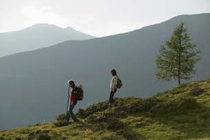 Young couple walking in mountainsの写真素材 [FYI04335113]