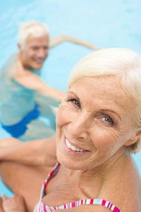 Germany, Senior couple in swimming poolの写真素材 [FYI04335125]