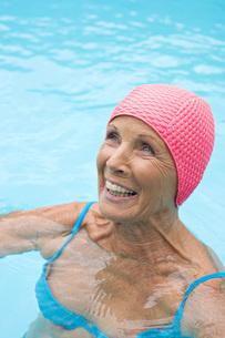 Germany, senior woman in poolの写真素材 [FYI04335133]