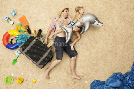 Germany, Father and son with toys and baggage at beachの写真素材 [FYI04335169]