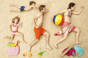 Germany, Artificial beach scene with family and beach toysの写真素材 [FYI04335177]
