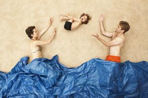 Germany, Artificial beach scene with family having fun in waの写真素材 [FYI04335178]