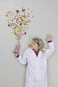 Girl doing experimentの写真素材 [FYI04335199]