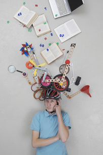 Teenage boy with gadgetsの写真素材 [FYI04335200]